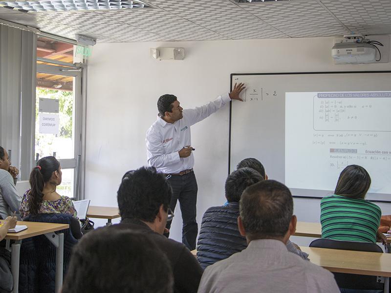 Catedráticos de Universidad Yachay Tech capacitaron a docentes de Imbabura