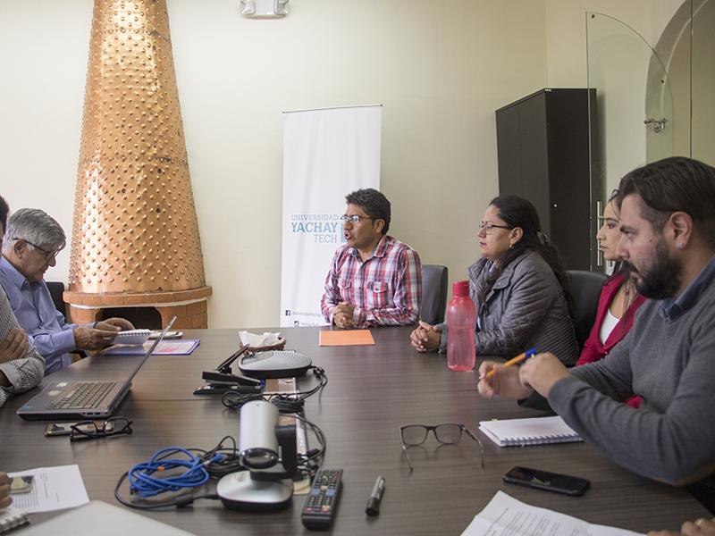 Rector de Yachay Tech se reúne con personal administrativo