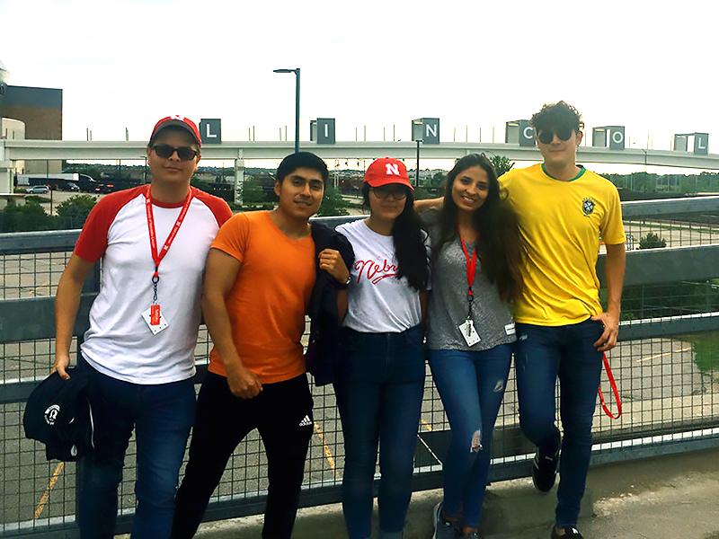 Estudiantes ecuatorianos ganan experiencia en investigación en el programa de verano de Nebraska